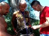 Vidéo porno mobile : Une blondinette française se livre à un trio sauvage!